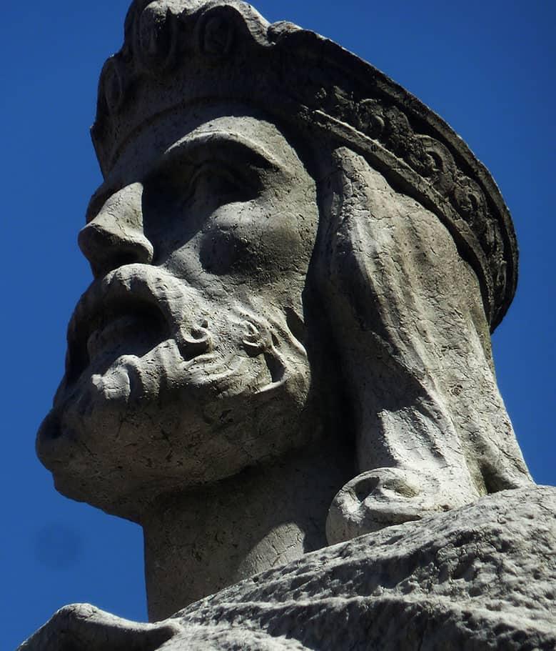 Escultura de piedra de Alfonso II El Casto, en Oviedo