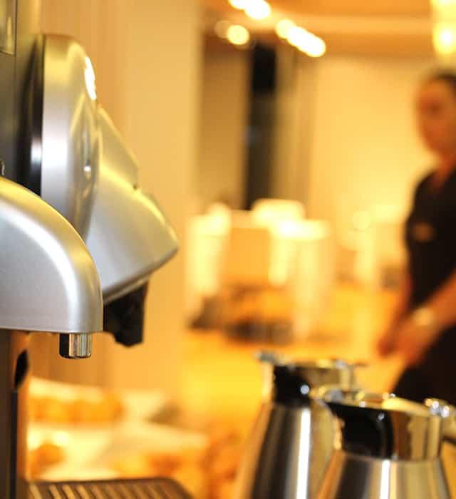 Máquina de café Nespresso profissional ao pequeno-almoço no Inffinit Hotel em Vigo