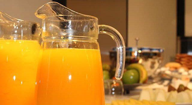 Zumo de naranja natural recién exprimido y fruta variada en hotel Inffinit