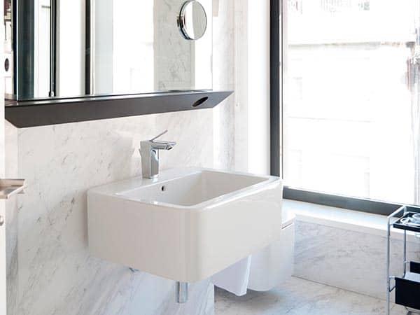 Baño de diseño en mármol blanco. Hotel Inffinit Vigo