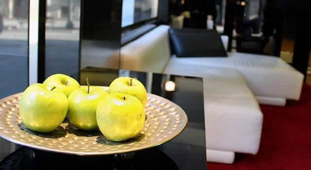 Entrada del Hotel Inffinit de Vigo con Manzanas Verdes de Cortesía