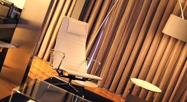 Salón en la suite del hotel Inffinit de Vigo con sofá y silla de diseño