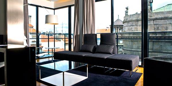 Salón con vistas y terraza en la suite del hotel Inffinit de Vigo